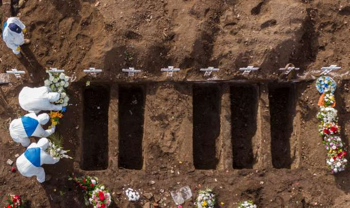 Enterrement des victimes de Covid-19, le 11 juillet à Santiago (Chili).